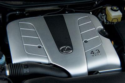 """Работу 32-х клапанов этой 4.3-литровой """"восьмерки"""" координирует фирменная система изменения фаз газораспределения VVT-i. Ее можно встретить и на куда более демократичных машинах марки Toyota."""