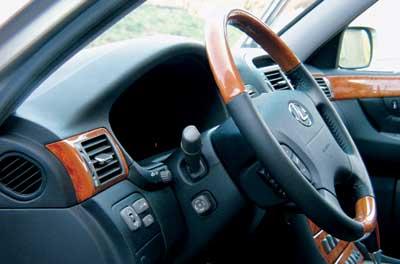 Диапазон перемещения рулевой колонки вверх-вниз более чем убедителен. Кнопки справа от приборной панели регулируют параметры воздуха, идущего к водителю. Не обойден вниманием и правый пассажир – с его стороны есть такие же.