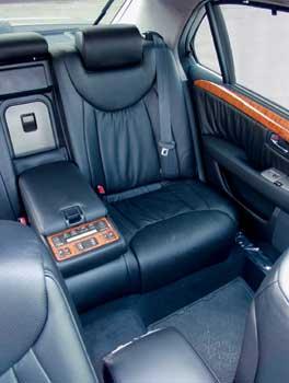 Пассажиры машины избалованы комфортом. Например, климат-контроль позволяет задавать температуру для каждого из задних пассажиров. За центральным подлокотником скрывается мини-бар, охлаждаемый кондиционером.