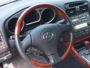 По форме – это руль спорткара. По оформлению и насыщенности кнопками – руль представительского автомобиля.