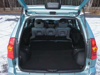 При сложенном заднем сиденье емкость багажного отсека вырастает аж в четыре раза! Здорово, что не существует проблемы, куда бы деть снятые подголовники
