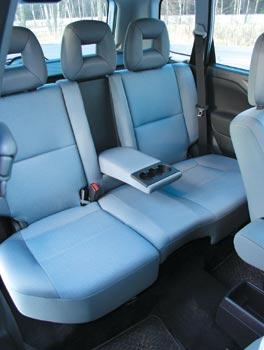 Хотя Space Star заявлен как автомобиль пятиместный, сидеть сзади удобнее всего вдвоем. А еще заднее  сиденье способно к самым разным трансформациям