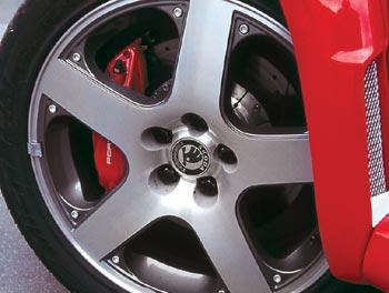 Первое, что озадачивает – 17-дюймовый диаметр литых дисков. А когда сквозь них различаешь ярко-красные тормозные суппорта со скромной надписью Porsche, начинаешь понимать, что здесь все очень непросто.