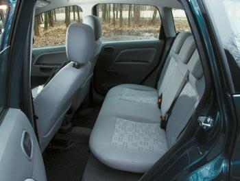 Рассчитывать на особый простор задним пассажирам не приходится.