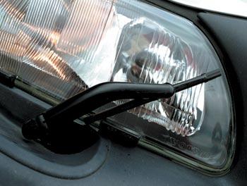Настоящие стекла с дворниками на головной оптике Volvo