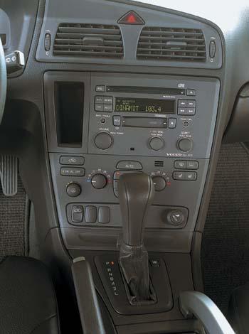Своим нутром Volvo порадует любителей стиля Hi-End аппаратуры: солидные кнопки, неброские дисплеи.