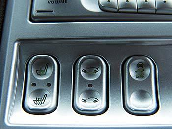 Центральная кнопка управляет задним спойлером, правая – системой стабилизации