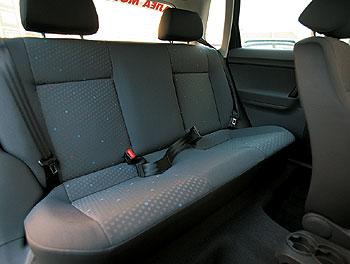 Volkswagen Polo 1.2 12V: Сзади никто не сидит? Тогда подголовники лучше снять – иначе толку от салонного зеркала очень мало