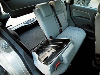 Ford Fiesta 1.3: Для перевозки каких-либо длинных предметов можно сложить часть спинки...