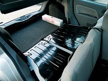 Ford Fiesta 1.3: ... Но если потребуется площадка с ровным полом, сиденье придется сложить целиком