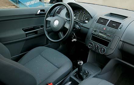 Volkswagen Polo 1.2 12V: Обод руля хоть и не обтянут кожей, но зато очень удобен по форме – просто сам ложится в руки!
