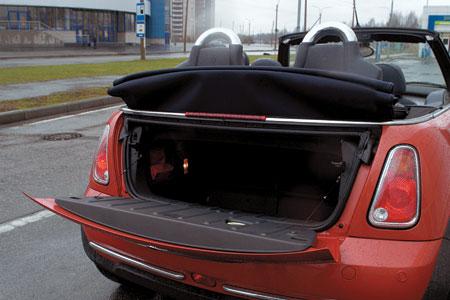 При поднятой крыше проем багажника можно увеличить, приподняв заднюю часть тента