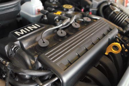 Более мощная версия атмосферного двигателя для Mini в версии Cooper развивает 115 сил