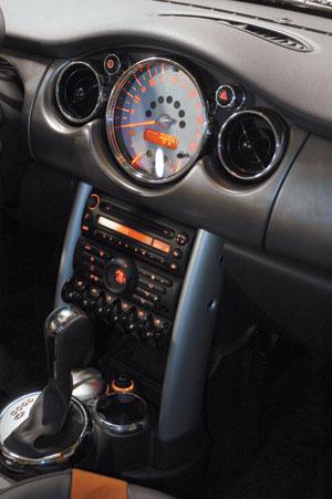 На современных автомобилях приборы все чаще возвращаются в центр торпедо