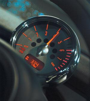 Обильная ярко-красная иллюминация умопомрачительно смотрится на кабриолете Mini любого цвета!
