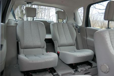 Задние сиденья могут принимать разнообразные положения. Трехместный ряд сидений легко трансформируется в двухместный, да еще и места в ногах прибавляется. В принципе, кресла могут вообще быть сняты с автомобиля и отправлены в гараж