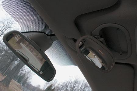 Дополнительное зеркало позволяет главе семейства полностью контролировать события на втором ряду сидений