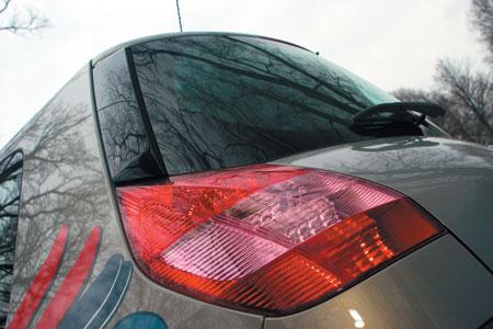 Scenic продолжает фирменный стиль Renault начала века: ступенчатая задняя часть хорошо знакома по Megane II