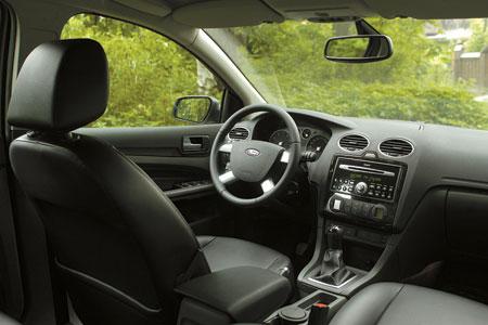 Комплектацию Ghia легко отличить по четырехспицевому рулю с алюминиевыми вставками