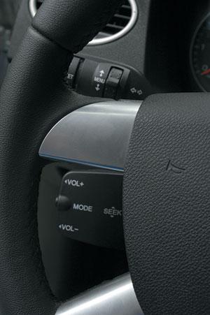 """""""Лапа"""", управляющая аудиосистемой, не умеет поворачиваться вместе с рулем, поэтому пользы от нее немного"""