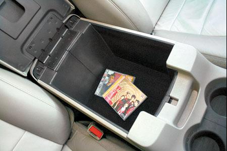 Бездонный бокс-подлокотник запросто может служить вторым багажником