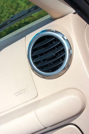 Дефлекторы вентиляции, перекрывающиеся вращением, подсмотрены у Audi TT
