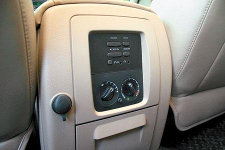 У задних пассажиров – свой пульт управления вентиляцией и музыкой