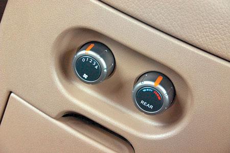 Задние пассажиры сами решают – в тепле им нежиться или же синеть в холоде
