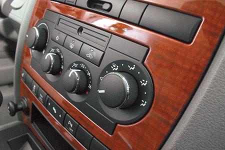 Центральная консоль выполнена по мотивам Chrysler 300C