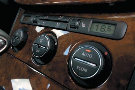 На новой машине кнопочный блок уступил место трем классическим рукояткам