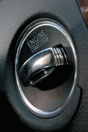 Чтобы завести двигатель, нужно надавить на ключ и удерживать до наступления желаемого результата