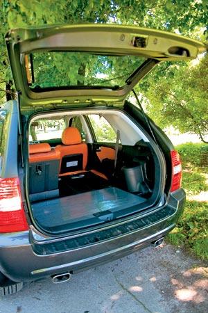 Kia Sportage - Если сложить обе спинки заднего сиденья, получится абсолютно ровный пол. Тоже плюс.