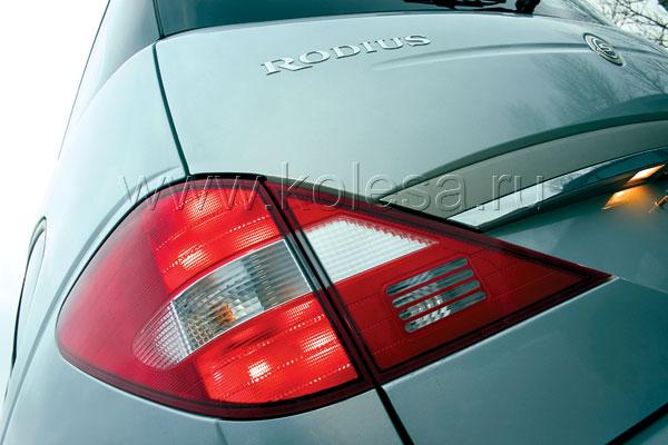 В форме задних фонарей угадываются мерседесовские мотивы. Недаром немцы – давние партнеры SsangYong Motor Co.