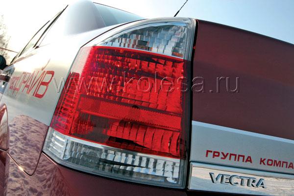 """3адние фонари - логичное продолжение стилистики автомобилей:  """"прямоугольники"""" у Opel и """"круги"""" у Ford"""