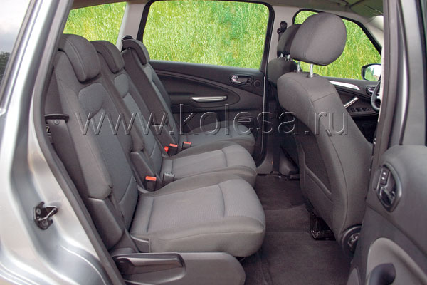Каждый пассажир в отдельности может регулировать свое сиденье. Пустячок, а приятно.