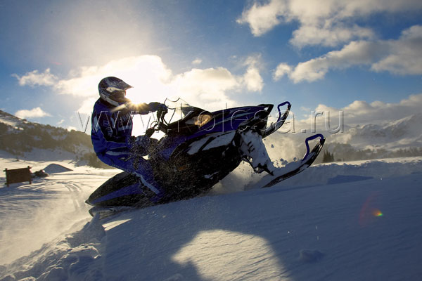 Радиаторы двигателей с жидкостным охлаждениемрасположены на подножках снегохода
