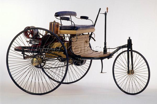 Кресла первых автомобилей - это прямая спинка и ровное сиденье