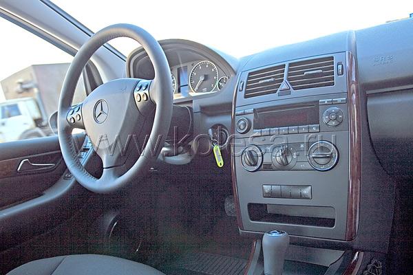 На руле размещены кнопки управления телефоном и бортовым компьютером