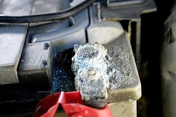 Еще одна автомобильная «нетленка»: клемма аккумулятора, покрытая окисью, и почерневший разъем