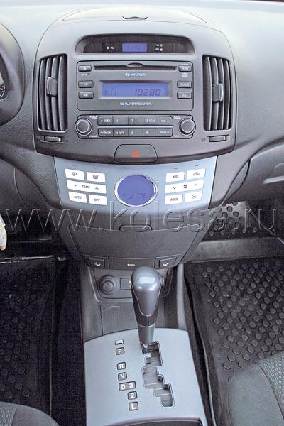 Новый «автомат» и приятные кнопки  управления климат-контролем порадуют  водителя Elantra, а вот «баранка»,  скорее, разочарует