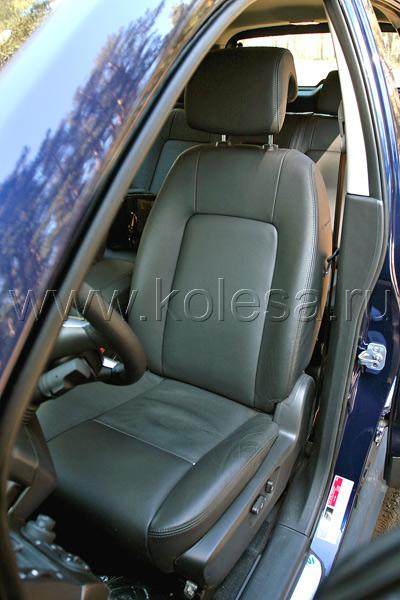Кожаное кресло (в топовой комплектации) неплохо фиксирует тело водителя, обладая довольно развитой боковой поддержкой