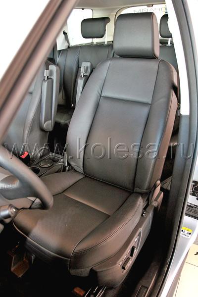 У водительского и пассажирского сидений  есть подлокотники: не особо широкие бруски,  убирающиеся назад