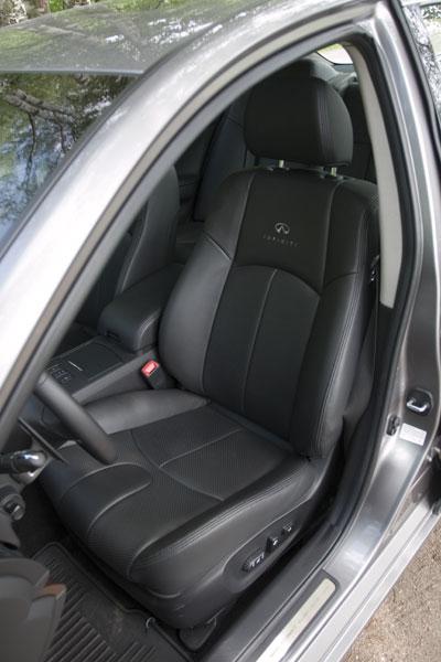 Водительское кресло обладает не лучшей боковой поддержкой. Зато сидеть очень комфортно, и есть масса электрорегулировок
