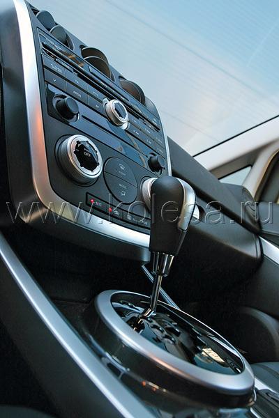Кажется, что салон CX-7 ничем не  ярче интерьеров менее дорогих Mazda