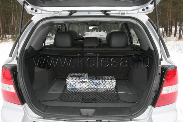Объем багажника - средний для своего класса. При желании, его можно увеличить, разложив заднее сиденье