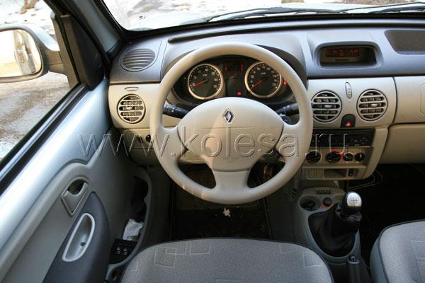 Renault Kangoo В Kangoo однозначно понравится клаустрофобу – запас места над головой кажется бесконечным. Устроиться за рулем можно, как в легковом автомобиле – обзорность чуть хуже, чем в Partner, зато все органы управления под рукой.Впрочем, и тут