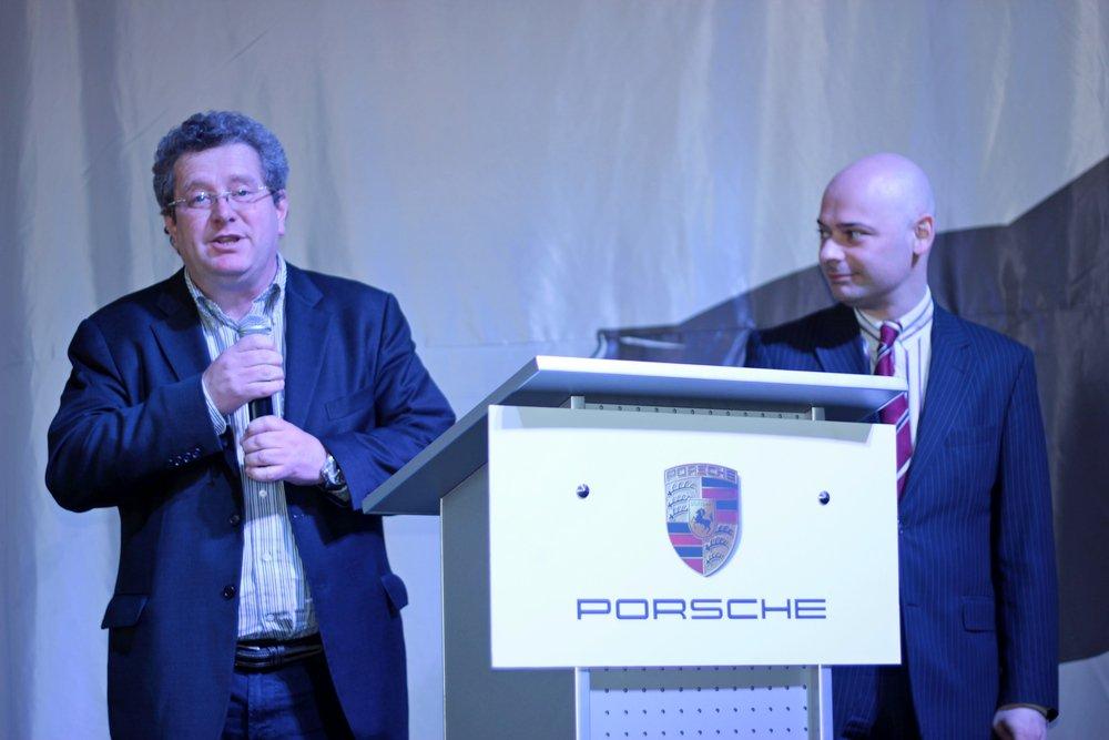 Томас Штерцель (слева) - глава представительства Porsche в России
