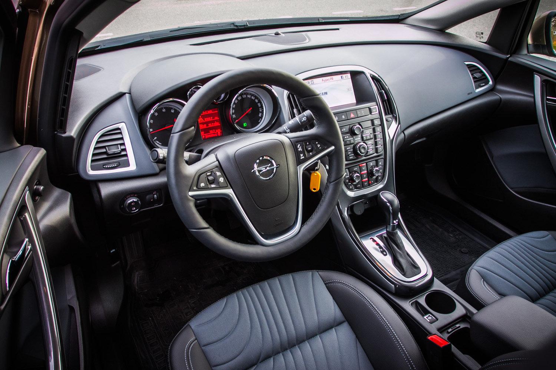 Интерьер Opel Astra Sedan
