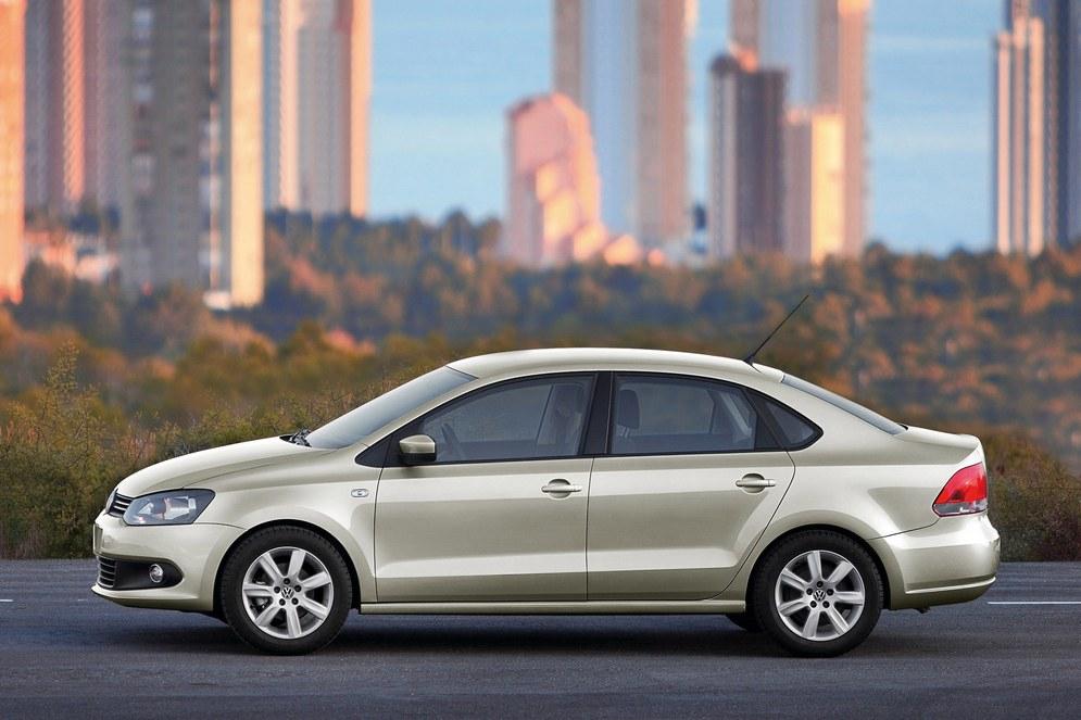 2010_Volkswagen_Polo_Sedan_004_5844.jpg