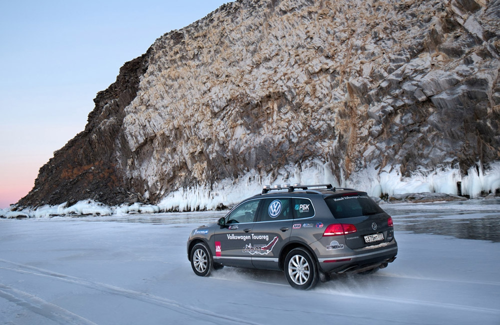 New_Volkswagen_Touareg_on_Baikal_Ice_(3).jpg
